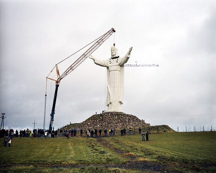 POLAND / Swiebodzin / 06.11.2010 The monument of Christ the King of the Universe. Mounting Jesus's head. Two weeks earlier, the first attempt at mounting the head was made, but it did not succeed due to too small a crane.  © Michal Luczak / Anzenberger